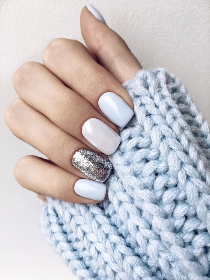 ongle en gel couleur hiver technique nail art mix and match ongles différents vernis annulaire argenté brillant