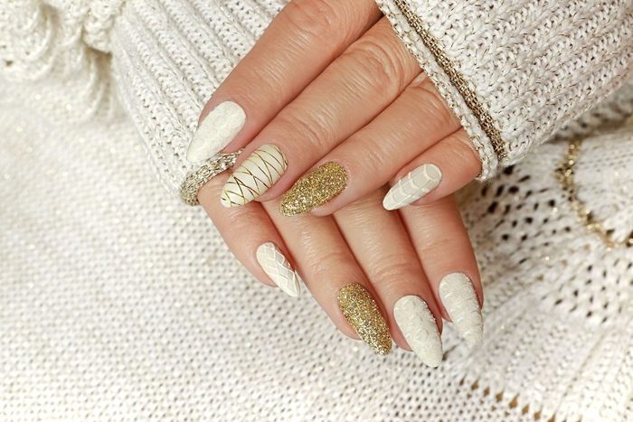 ongle en gel deco facile à faire avec vernis pailleté couleur or décoration ongles noel en blanc et or