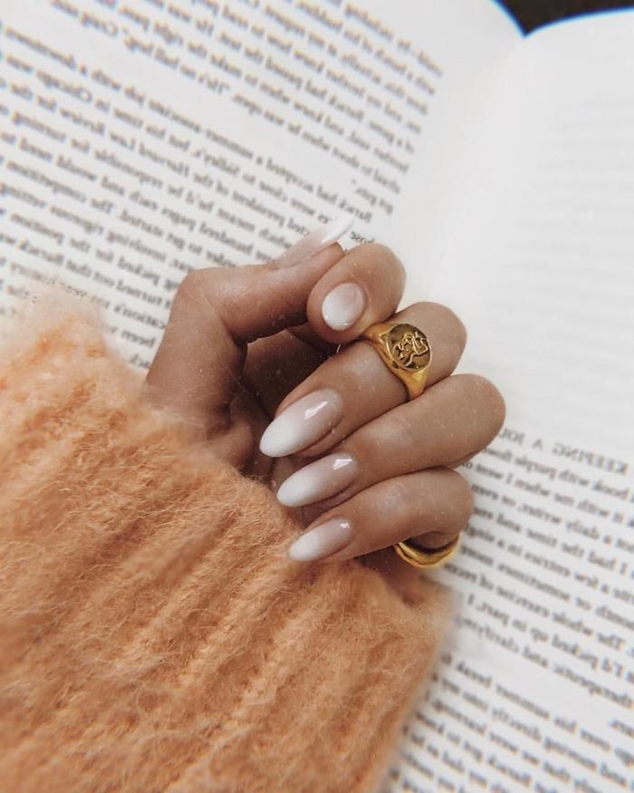ongle en gel hiver livre pull over corail pastel bijoux or manucure effet ombré blanc et nude base finition brillante