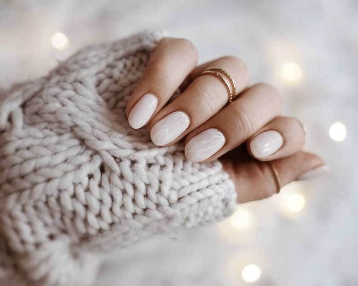 ongle gel nude bague or pull over beige idée décoration manucure couleur beige nude dessin traits blancs minimaliste