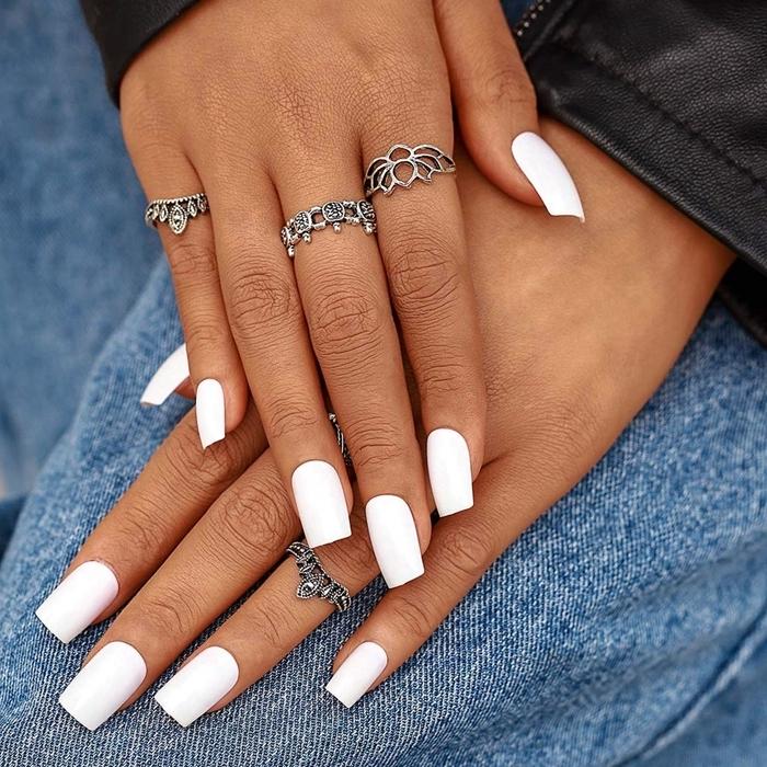 ongles blancs bijoux fantaisie bagues argent photo de faux ongles couleur blanche unie manucure noel
