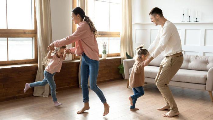 organsier une soirée danse en famille apprendre aux enfants de danser s amuser idée occupation activité en famille amusante