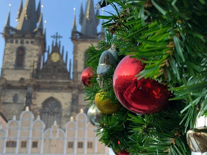 paysage d hiver destination noel marché europe branche sapin de noel décoration boule de noel rouge