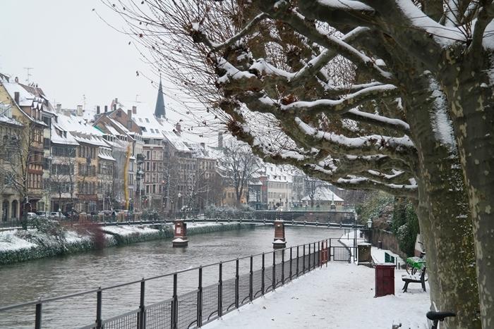 paysage de neige visite endroit magique noel fête bâtiments rivière arbres enneigés nature hiver