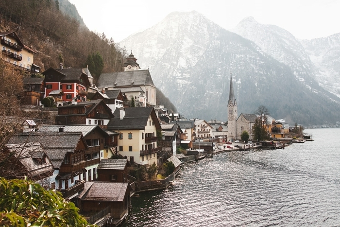 paysage de reve destination hiver fête noel village bord lac vue sommets enneigés reflets eau lumière