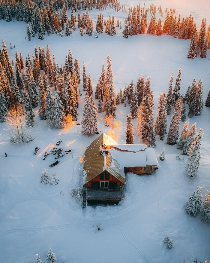 paysage hiver nature montagne enneigée lumière rayons de soleil reflets arbres couronne enneigée cabane en bois