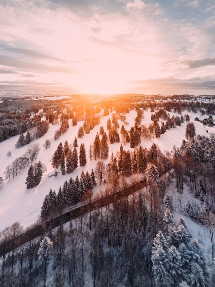 paysage vue d en haut montagne enneigée rayons de soleil ciel bleu nuages blanches nature matinée noel