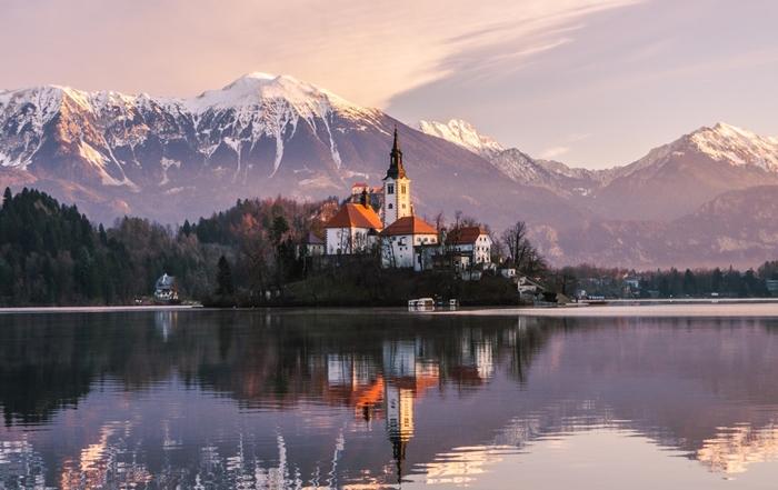 paysages de noel wallpaper hiver nature lac reflets lumiere soleil nuage surface eau sommets montagne destination
