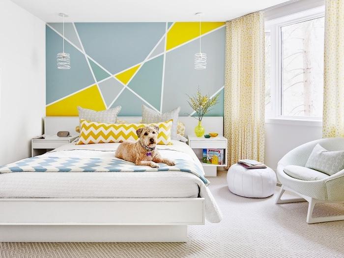 peinture forme géométrique décoration chambre blanche rideaux beige fauteuil cuir blanc pouf tapis beige coussin motifs géométriques