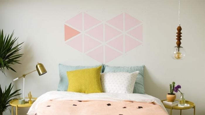peinture géométrique chambre coeur en triangles peinture tête de lit diy avec peinture murale rose table chevet dorée lampe