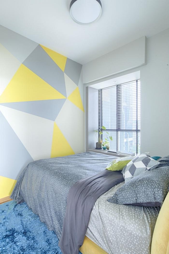 peinture géométrique chambre décoration petit espace couleur petite chambre mur gris clair formes triangulaires jaunes