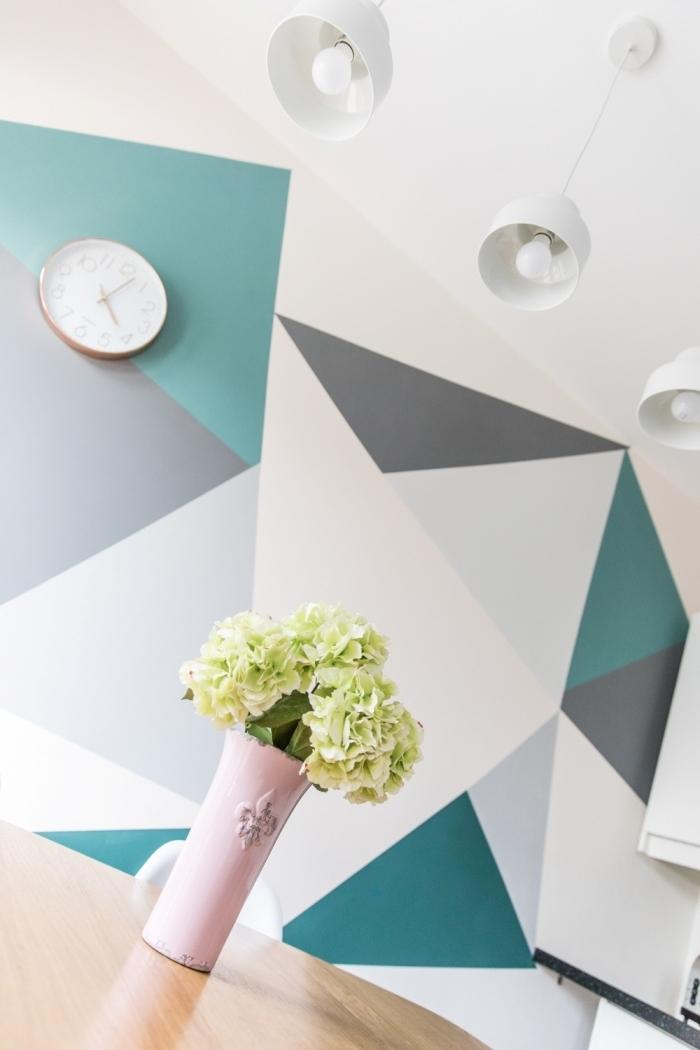 peinture geometrique moderne vase vintage couleur rose pâle lampe suspendue horloge mur accent formes nuances de gris