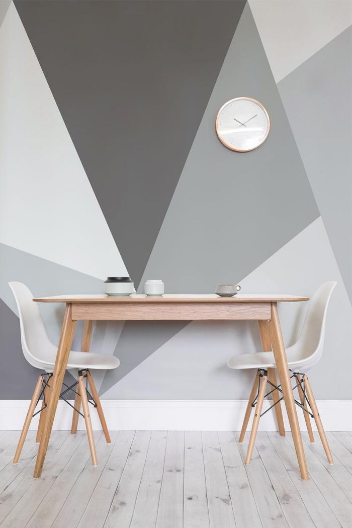 peinture mur triangle horloge décoration petite salle à manger table bois clair chaise blanche revêtement parquet sol stratifié gris clair