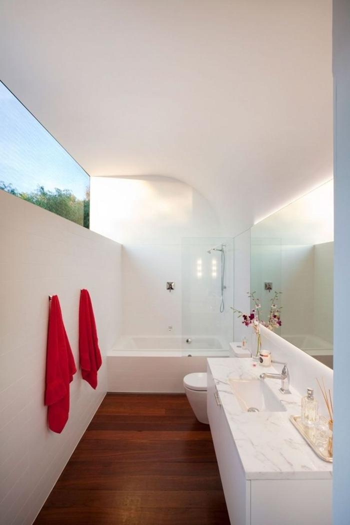 peinture murale blanche serviette de bain rouge petite salle de bain avec baignoire blanche miroir marbre