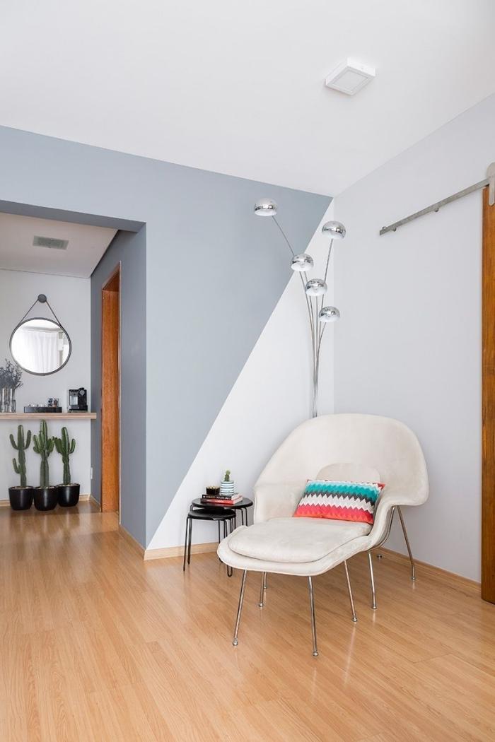 peinture murale géométrique revêtement sol bois chaise lecture velours blanc pot fleur noir cactus miroir rond table double plateau