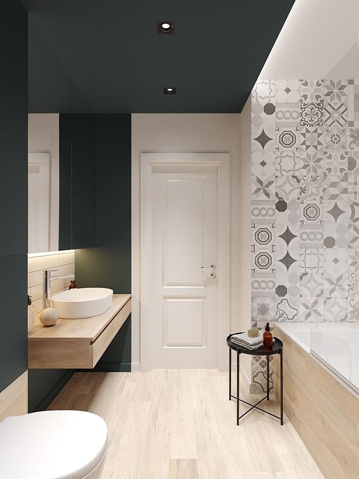 peinture noire mate spots led plafond carrelage imitation bois clair cuvette wc suspendue deco salle de bain moderne