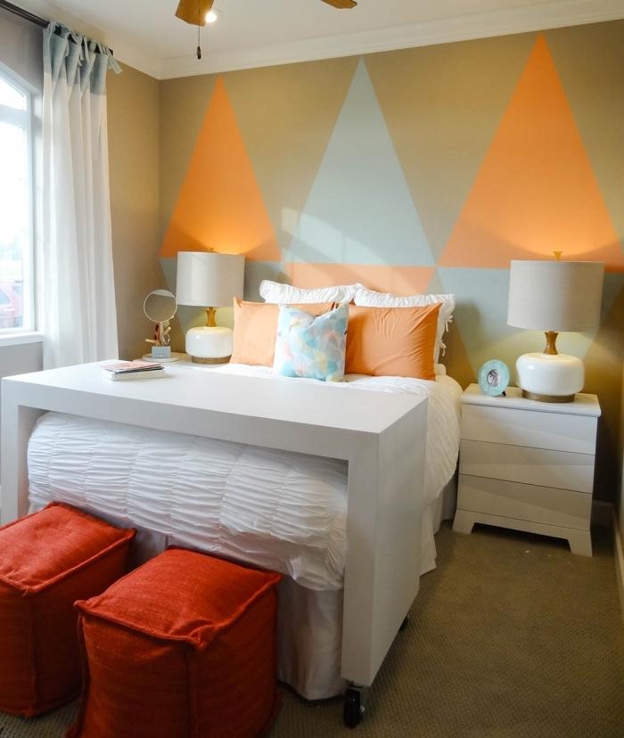 peinture triangle chambre décoration chambre rideaux blancs lampe de chevet blanche meubles sans poignées