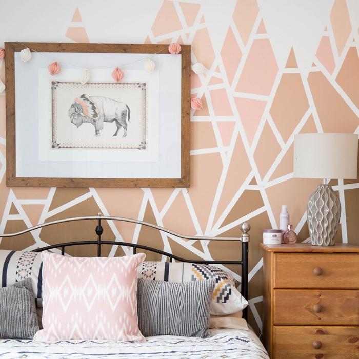 peinture triangle chambre fille cadre photo bois foncé guirlande lumineuse tête de lit fer coussins décoratifs meuble commode bois