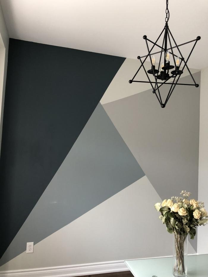 peinture triangle luminaire métal noirci bouquet de roses séchées vase verre tendance accent mur peinture nuances de gris