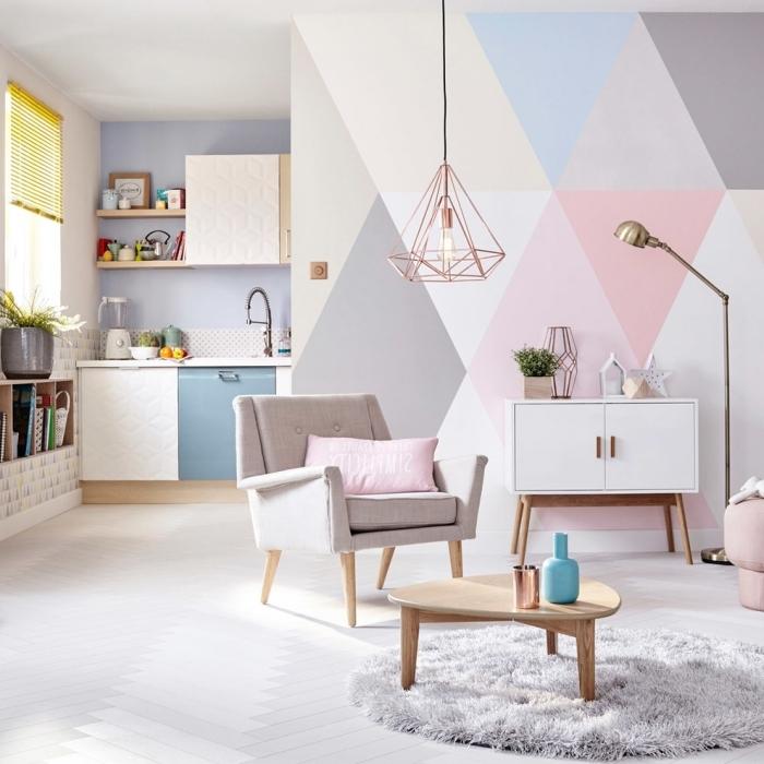 peinture triangle salon tapis moelleux gris clair chaise fauteuil table basse bois luminaire rose gold décoration petite cuisine étagères