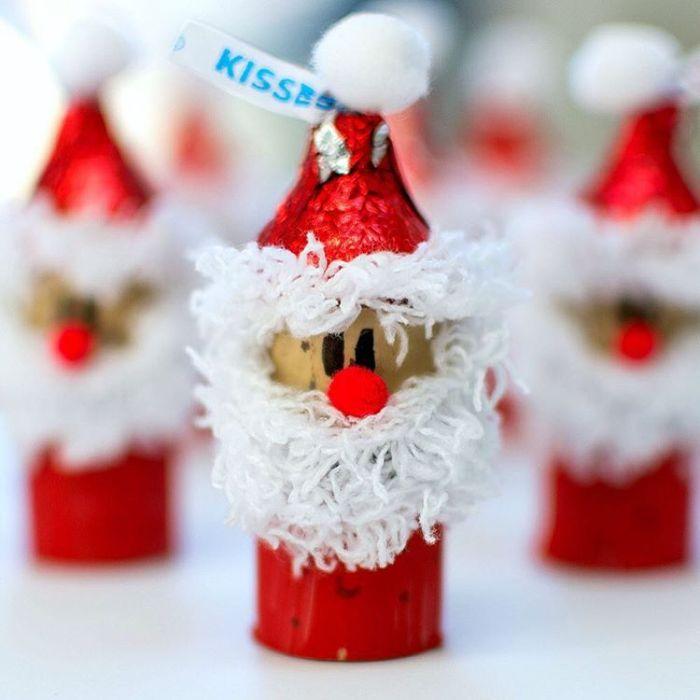 pere noel que faire avec des rouleaux de papier toilette pour noel décorés de rouge barbe en fils blanc visage pompon dessin feutre chapeau papier bonbon