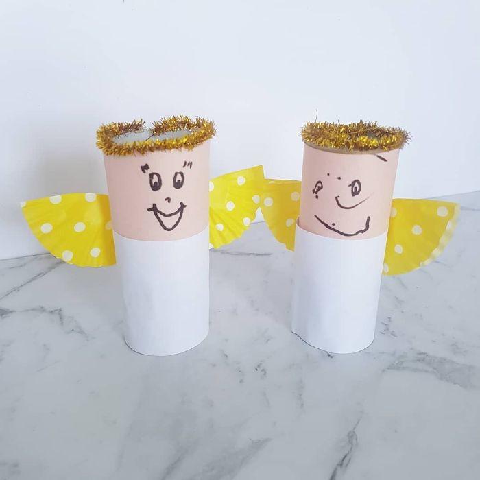 petits anges de noel en rouleau de papier toilette recyclé avec des ailes de caissettes à muffins recyclés couronne visage dessin au feutre
