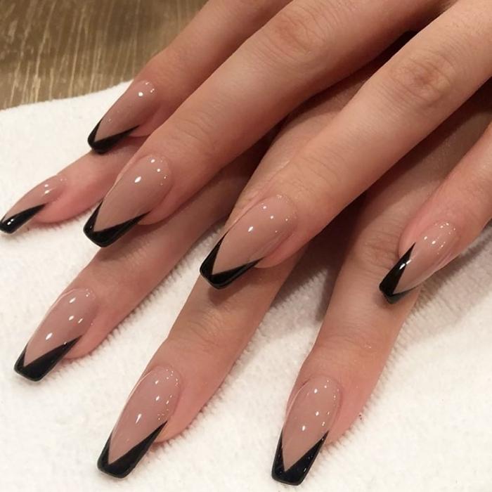 photo de faux ongles technique française manucure noire vernis de base nude ongles longs gel tendance