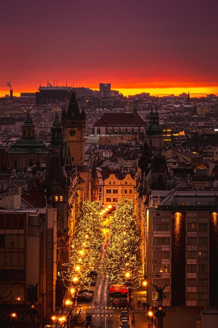 photo de noel lumière festive décoration rue de noel bâtiments destination noel coucher de soleil