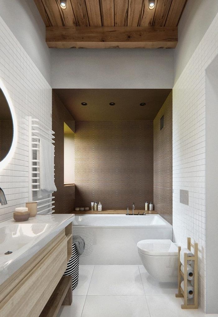 plafond poutres bois miroir led rond séche serviette salle de bain moderne petit espace blanc et bois