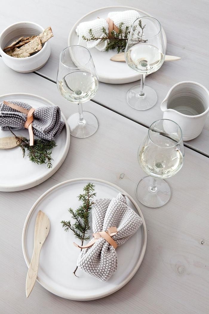 pliage serviette blanche idée deco noel diy style minimaliste table bois blanc assiette ronde blanche brin sapin