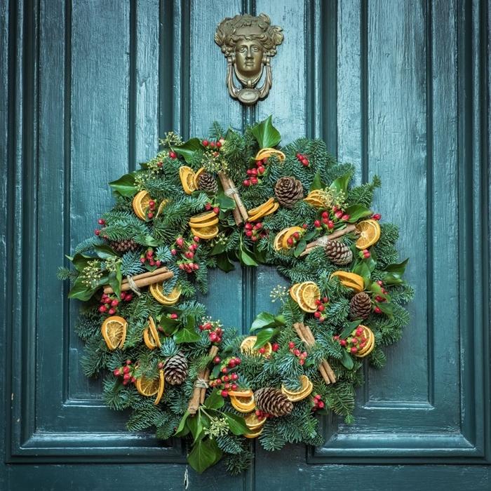 porte entrée peinture vert foncé couronne de noel fruits séchées bâtons cannelle decorations de noel a faire soi meme