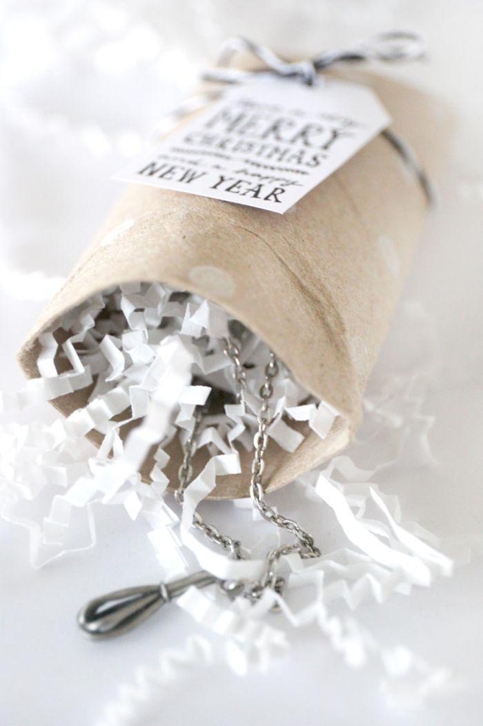 que faire avec des rouleaux de ppaier toilette vides idée de boite cadeau diy a faire soi meme remplie de confetti papier et cadeau collier