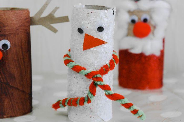 que peut on faire avec des rouleau de papier toilette idée de bonhomme de neige paillettes blanches nez orange des yeux mobiles et écharpe en cure pipes