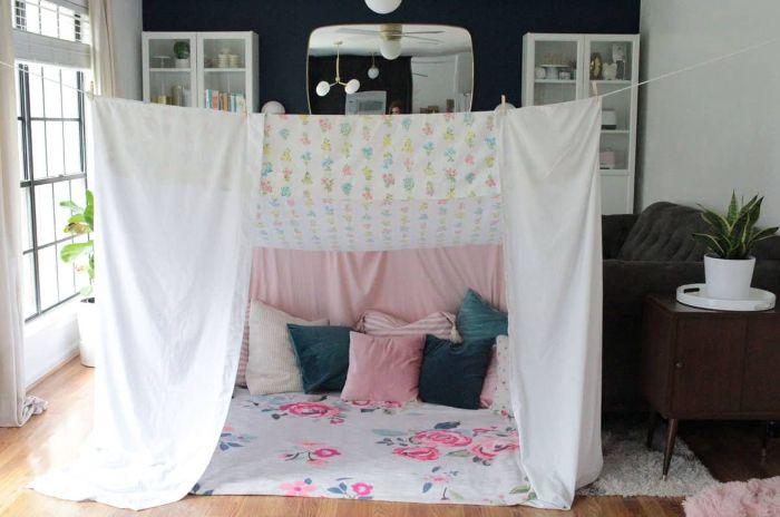 réaliser une cabane en couvertures pour s amuser avec les enfants idée coin lecture enfant cocooning en draps et coussins