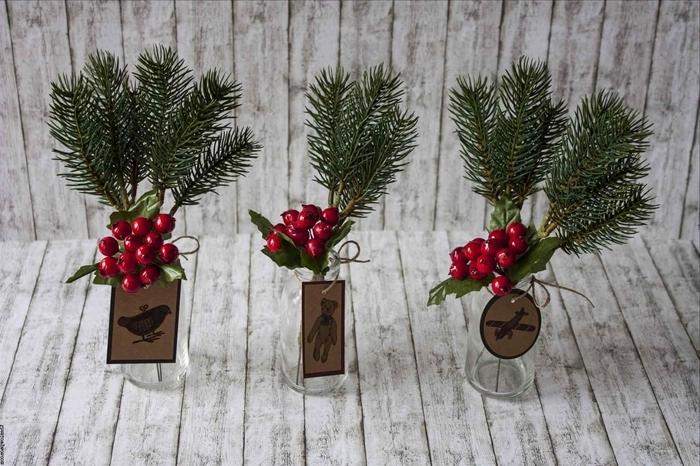 récipient verre branches de sapin deco de noel a faire soi meme branches baies rouges étiquette papier recyclé