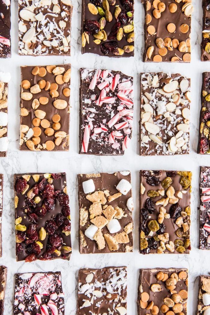recette chocolat maison aux toppings variés amandes beurre de cacahuete pistahces et fruits séchés guimauve biscuit