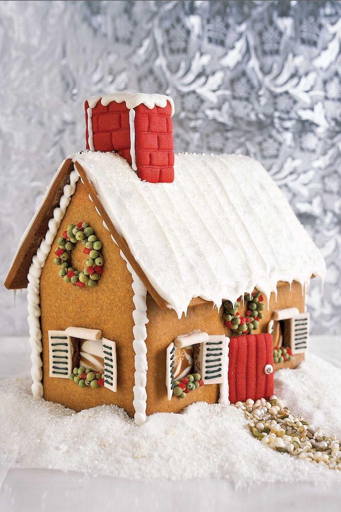 recette pain d épice facile avec un toit glacée décoré d une cheminée rouge et des volets en chocolat