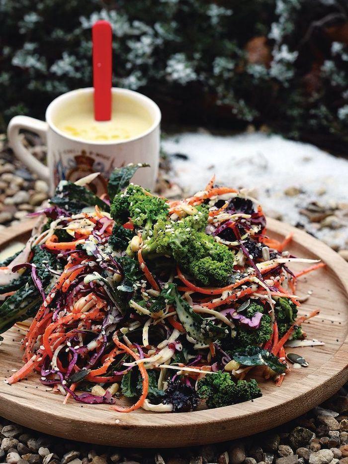 recette reconfortante pour une salade d hiver avec des broccollis servie avec une tasse de smoothie