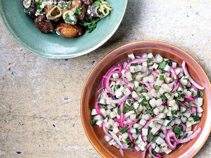 recette salade composee avec de la cibouille et pommes deux assiettes colorees sur le comptoir