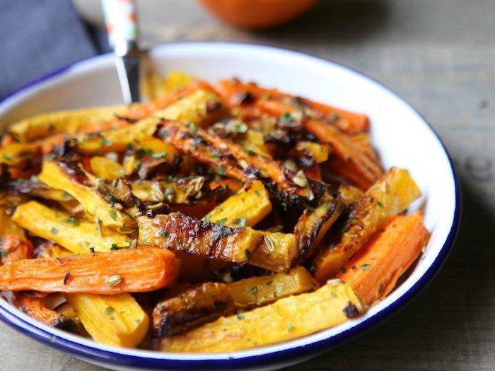 recette salade de pates avec des noix et de persil dans une assiette en metal avec une fourcehtte