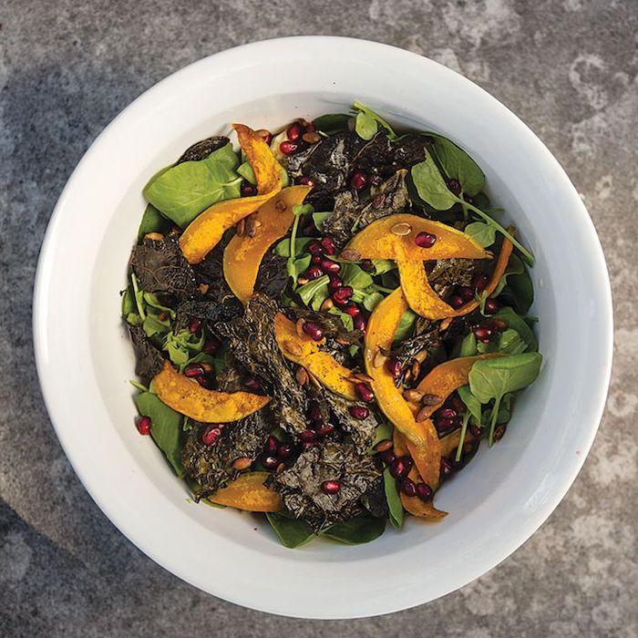 recette salade hiver des epinards de la courgette et graines de pamplemousse servie dans un bol blanc