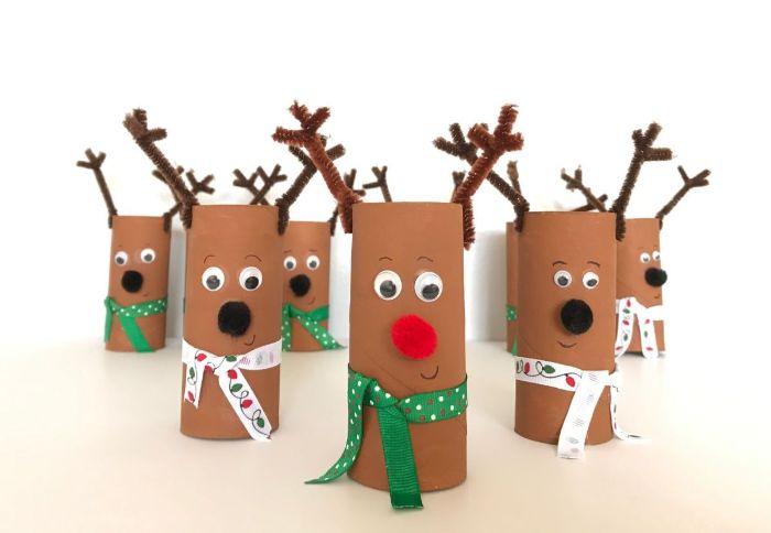 rennes pere noel idée de deco noel a fabriquer avec des rouleaux de papier toilette marron nez en pompon des yeux mobiles et écharpe en ruban des bois en cure pipe