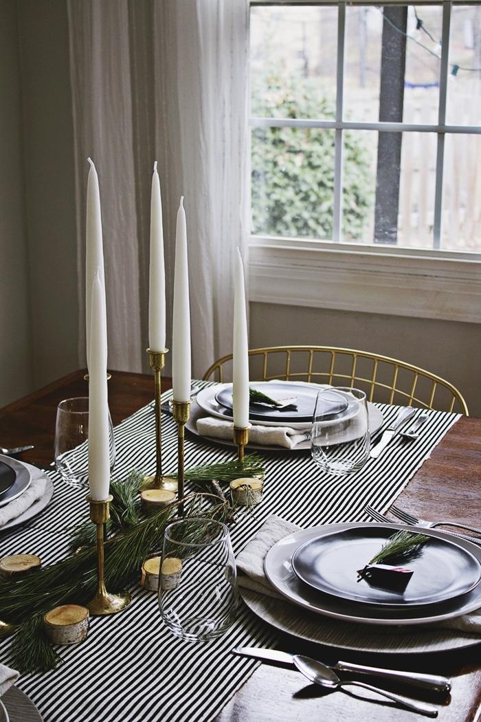 rideaux blancs chaise or deco table noel nature nappe blanc et noir assiette ronde noire bougeoir or rondelles bois