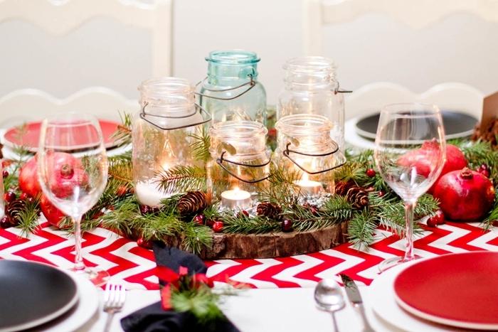 rondelle bois table de noel traditionnelle nappe blanc et rouge assiette ronde pots verre fruits verdure bougies
