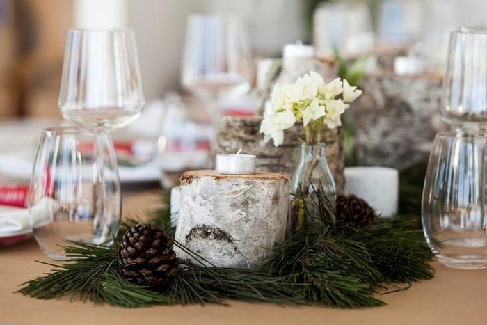 rondelles bois bougies decoration de table de noel a faire soi meme bouquets de fleurs blanches verres nappe beige