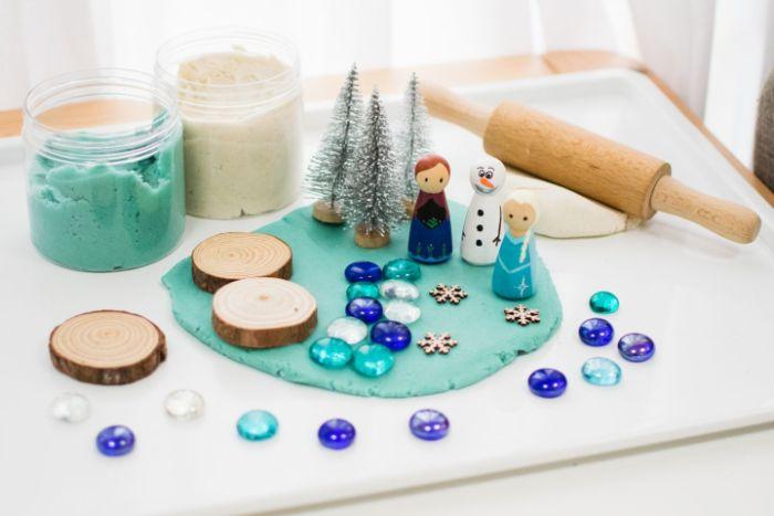 s amuser avec les enfants en faisant pâte à modeler maison theme reine des0neiges activite enfant 4 ans confinement