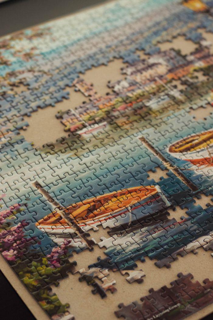 s occuper d un puzzle idée soirée en famille activité confinement intéressante pour adultes et enfants, activités à faire à la maison
