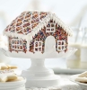 sable de noel facile et rapide une maison comestible decorée de crème et des balons de sucre multicolores
