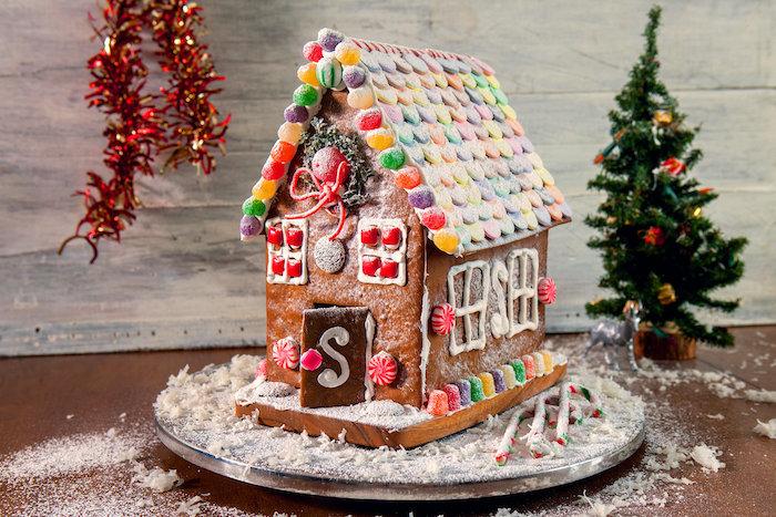 sable de noel facile et rapide une maison en pain d epices garni des bonbons et dragees un sapin decoratif au fond