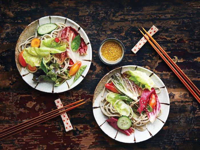 salade asiatique d hiver avec des crudites et de vinagraitte sucre aigre idee de servir avec baguettes